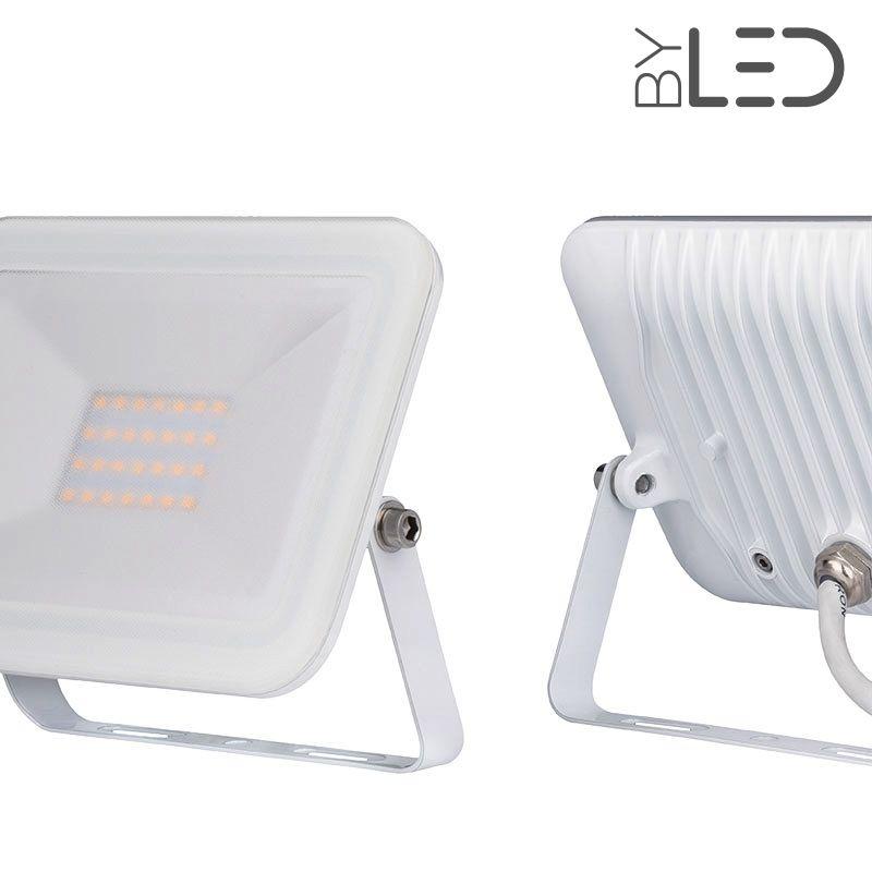 Projecteur led extra plat et puissant 50 w clairage for Projecteur led exterieur puissant